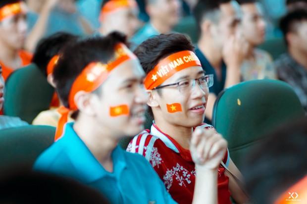 Chùm ảnh: Những giọt nước mắt nghẹn ngào của sinh viên khi Olympic Việt Nam để tuột HCĐ vào tay Olympic UAE - Ảnh 13.