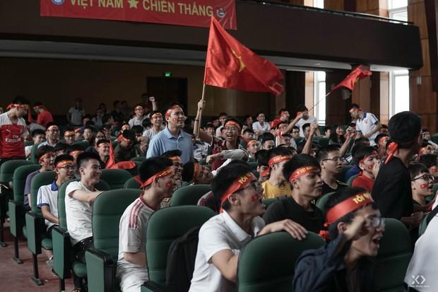 Sự buồn bã thể hiện rõ trên gương mặt các cổ động viên, Olympic Việt Nam đã không gặp may mắn - Ảnh 3.