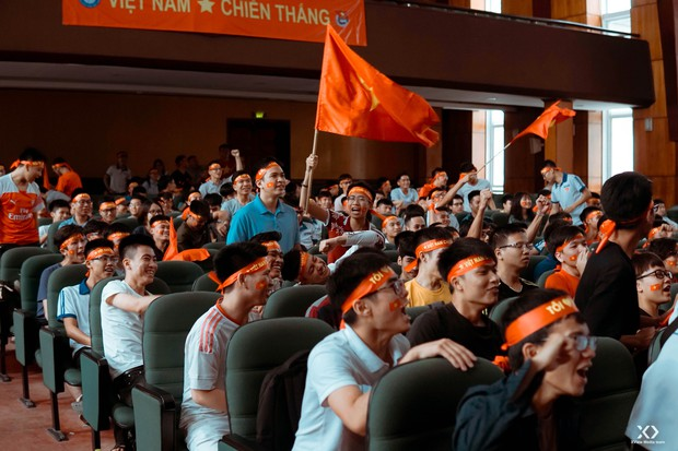 Chùm ảnh: Những giọt nước mắt nghẹn ngào của sinh viên khi Olympic Việt Nam để tuột HCĐ vào tay Olympic UAE - Ảnh 14.