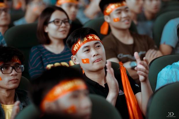 Chùm ảnh: Những giọt nước mắt nghẹn ngào của sinh viên khi Olympic Việt Nam để tuột HCĐ vào tay Olympic UAE - Ảnh 15.