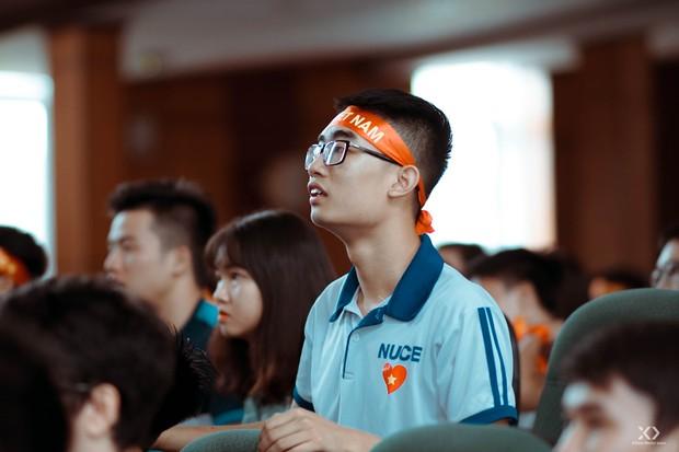 Chùm ảnh: Những giọt nước mắt nghẹn ngào của sinh viên khi Olympic Việt Nam để tuột HCĐ vào tay Olympic UAE - Ảnh 17.