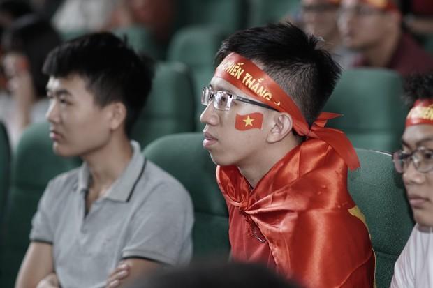 Sự buồn bã thể hiện rõ trên gương mặt các cổ động viên, Olympic Việt Nam đã không gặp may mắn - Ảnh 12.