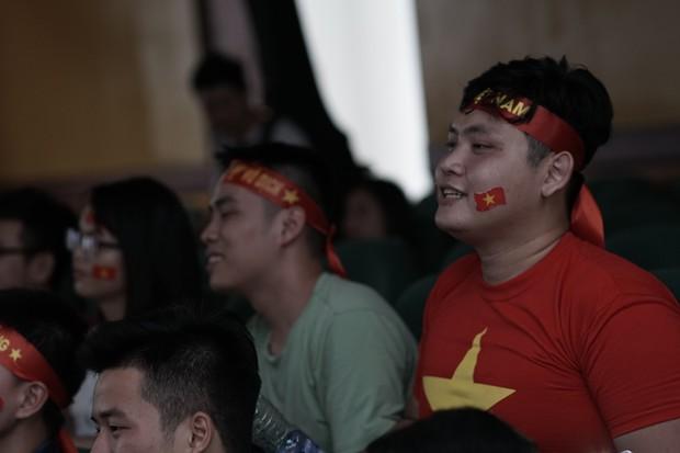 Sự buồn bã thể hiện rõ trên gương mặt các cổ động viên, Olympic Việt Nam đã không gặp may mắn - Ảnh 13.