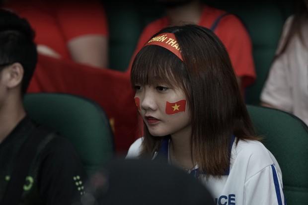 Sự buồn bã thể hiện rõ trên gương mặt các cổ động viên, Olympic Việt Nam đã không gặp may mắn - Ảnh 14.