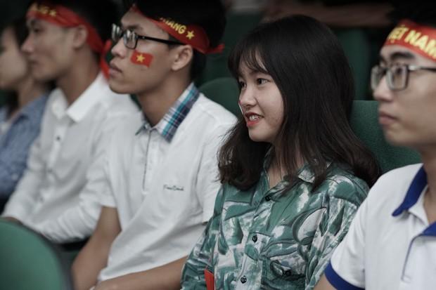 Sự buồn bã thể hiện rõ trên gương mặt các cổ động viên, Olympic Việt Nam đã không gặp may mắn - Ảnh 15.