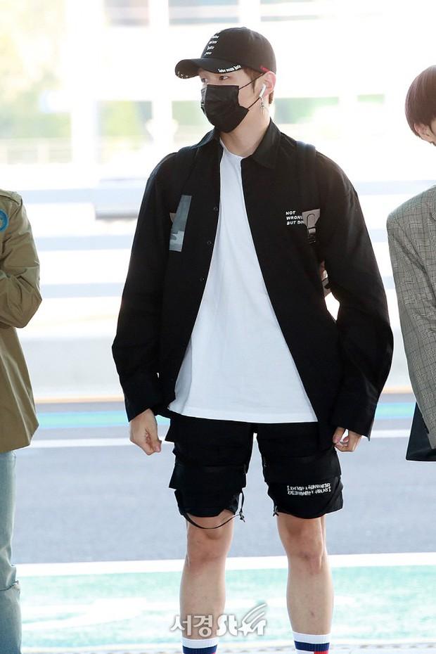 Toàn mặc đồ basic nhưng Kang Daniel vẫn được khen có khí chất ngôi sao nhờ cách mix đồ thông minh - Ảnh 1.