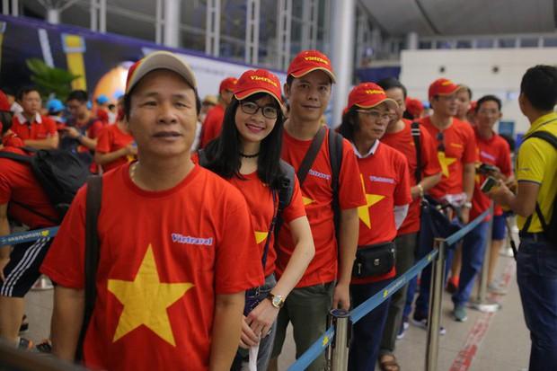 Hơn 300 CĐV bay sớm sang Indonesia tiếp lửa cho Olympic Việt Nam tranh HCĐ - Ảnh 1.