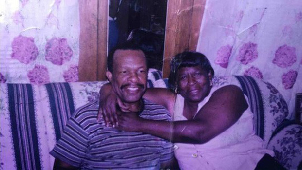 Chồng 98 tuổi mỗi ngày đi bộ gần 20 km tới bệnh viện thăm vợ - Ảnh 1.