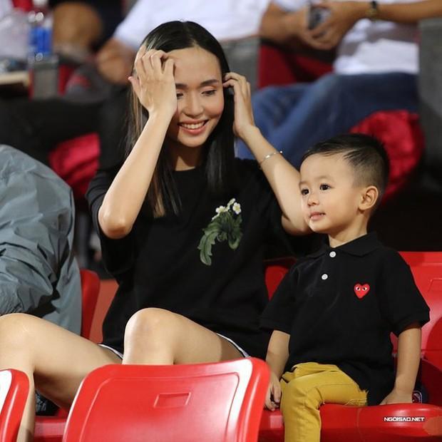 Tiền đạo Văn Quyết - người ghi bàn thắng tung lưới Olympic UAE già thứ nhì đội tuyển, là anh rể tương lai của Duy Mạnh - Ảnh 24.