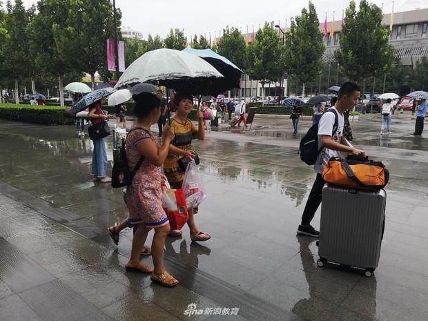 Chùm ảnh cha mẹ đội mưa, tay xách nách mang đưa con lên thành phố nhập học: Tấm lòng đấng sinh thành mấy ai hiểu - Ảnh 11.