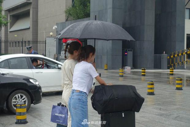 Chùm ảnh cha mẹ đội mưa, tay xách nách mang đưa con lên thành phố nhập học: Tấm lòng đấng sinh thành mấy ai hiểu - Ảnh 13.