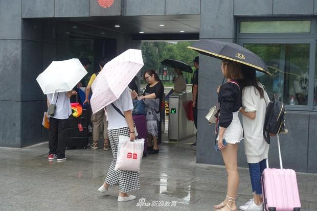 Chùm ảnh cha mẹ đội mưa, tay xách nách mang đưa con lên thành phố nhập học: Tấm lòng đấng sinh thành mấy ai hiểu - Ảnh 14.