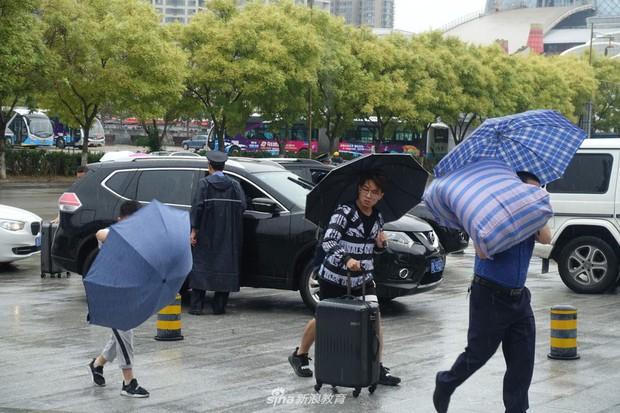 Chùm ảnh cha mẹ đội mưa, tay xách nách mang đưa con lên thành phố nhập học: Tấm lòng đấng sinh thành mấy ai hiểu - Ảnh 15.