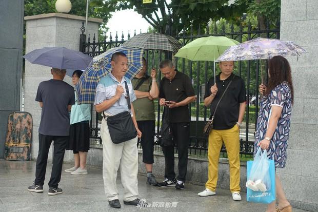Chùm ảnh cha mẹ đội mưa, tay xách nách mang đưa con lên thành phố nhập học: Tấm lòng đấng sinh thành mấy ai hiểu - Ảnh 3.