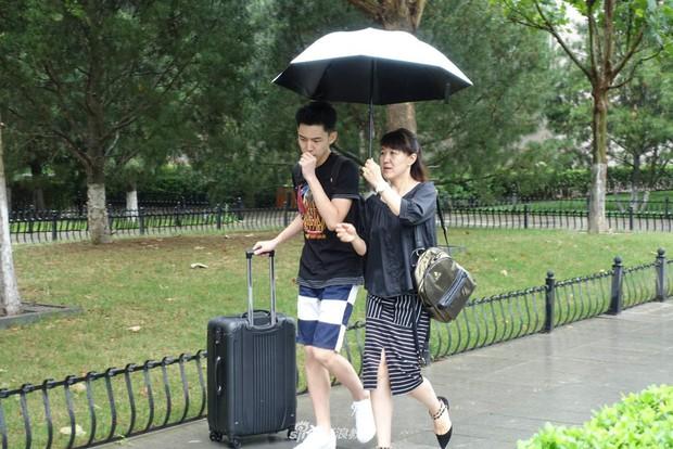 Chùm ảnh cha mẹ đội mưa, tay xách nách mang đưa con lên thành phố nhập học: Tấm lòng đấng sinh thành mấy ai hiểu - Ảnh 16.