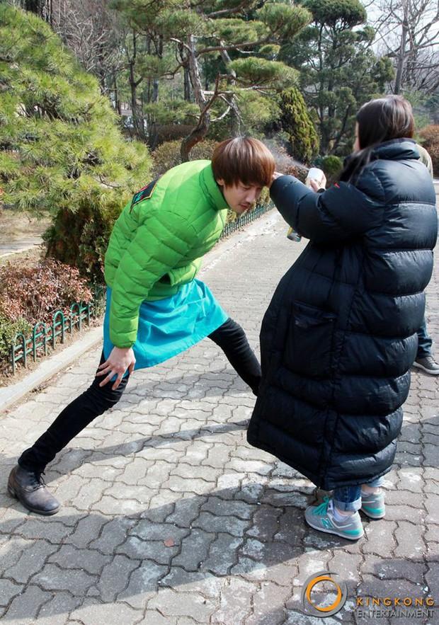 Cười ngặt nghẽo xem 20 sao Hàn oằn mình vì bạn diễn và staff do chân quá dài - Ảnh 2.