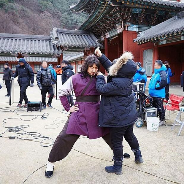 Cười ngặt nghẽo xem 20 sao Hàn oằn mình vì bạn diễn và staff do chân quá dài - Ảnh 4.