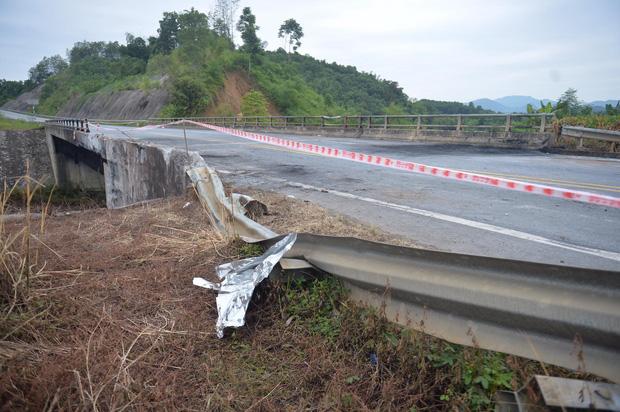 Cầu Ngòi Thủ biến dạng nặng, trơ các lõi thép sau vụ cháy xe bồn - Ảnh 5.