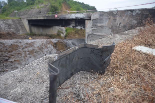 Cầu Ngòi Thủ biến dạng nặng, trơ các lõi thép sau vụ cháy xe bồn - Ảnh 3.