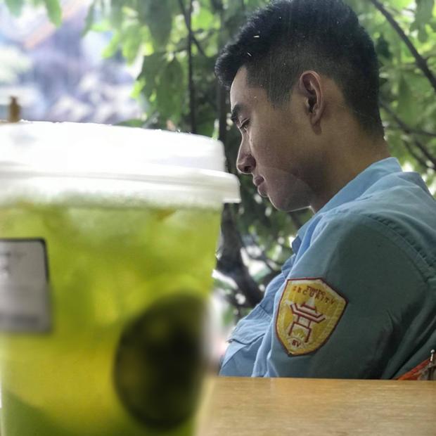 Anh bảo vệ quán trà sữa bất ngờ nổi tiếng MXH vì sở hữu góc nghiêng đẹp trai ra phết! - Ảnh 2.