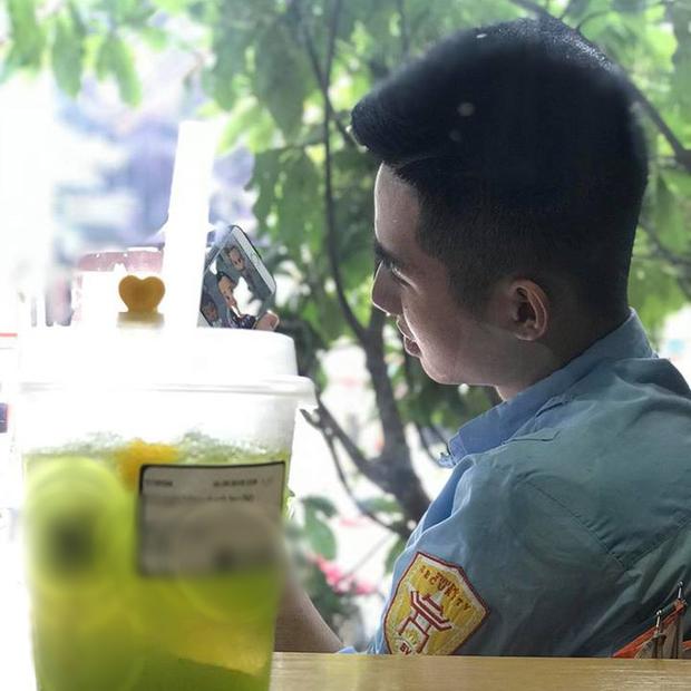 Anh bảo vệ quán trà sữa bất ngờ nổi tiếng MXH vì sở hữu góc nghiêng đẹp trai ra phết! - Ảnh 1.