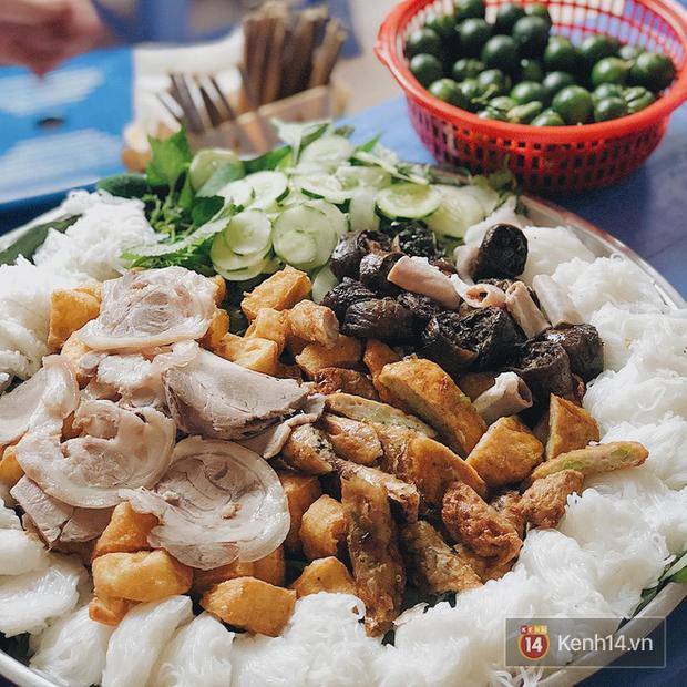 Đâu chỉ là món ăn trong bữa cơm gia đình, chả cốm giờ còn là loại topping xịn sò ăn kèm với loạt món khác ở Hà Nội - Ảnh 3.