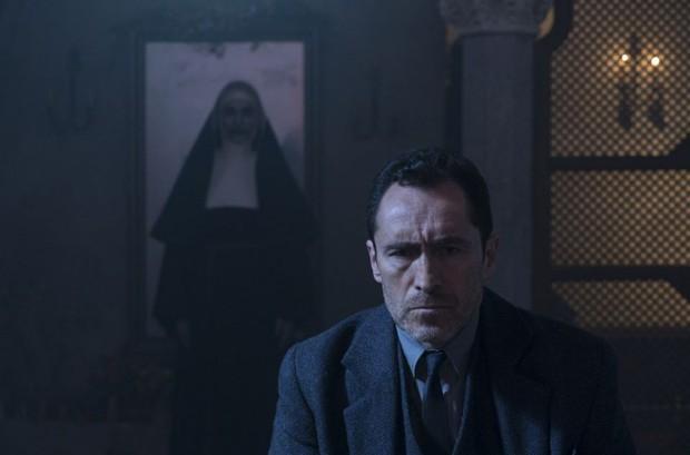 """Mải hù doạ mua vui, """"chị Lắc"""" của """"The Nun"""" dính 7 hạt sạn khó đỡ - Ảnh 2."""