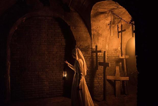 """Mải hù doạ mua vui, """"chị Lắc"""" của """"The Nun"""" dính 7 hạt sạn khó đỡ - Ảnh 7."""