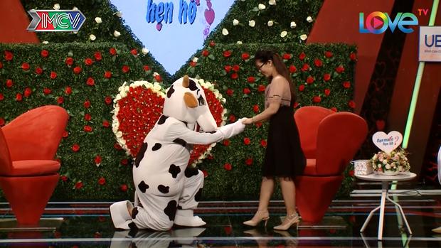 Soái ca bò sữa xuất hiện trong BMHH khiến MC Quyền Linh đứng hình, nhà gái thì xúc động rơm rớm - Ảnh 4.
