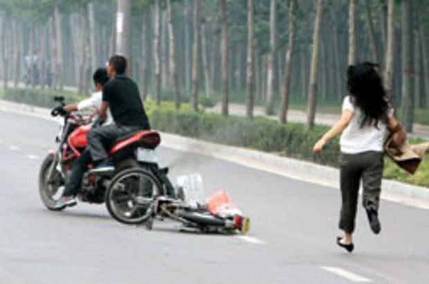 Hai thanh niên đạp ngã xe máy người phụ nữ cướp tài sản - Ảnh 1.