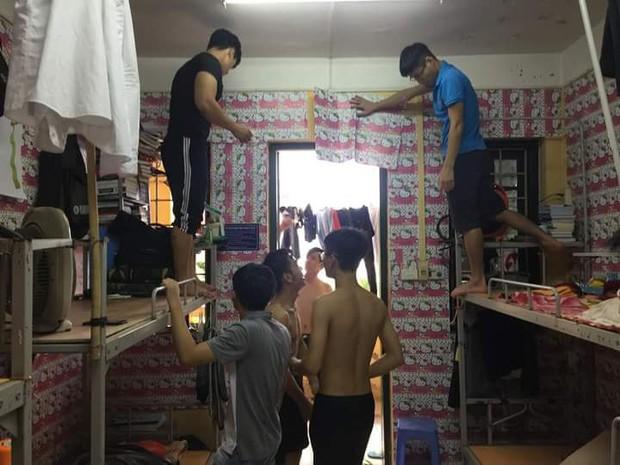 Hội những chàng trai nam tính yêu màu hồng: Chạy khắp Hà Nội mua hình Hello Kitty về dán kín ký túc xá - Ảnh 1.