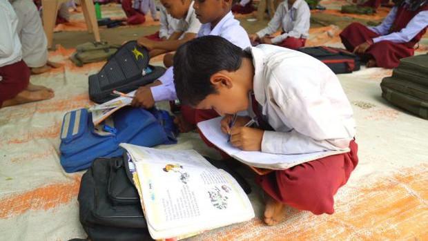 Kỳ lạ ngôi trường có tới 300 học sinh viết được cùng 1 lúc 2 tay tại Ấn Độ - Ảnh 5.