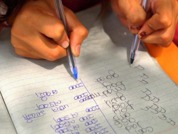 Kỳ lạ ngôi trường có tới 300 học sinh viết được cùng 1 lúc 2 tay tại Ấn Độ - Ảnh 4.