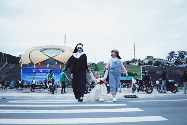 Hội chị em thánh bựa Trang Hý - Annabelle kết nạp thêm thành viên Valak - Ảnh 8.