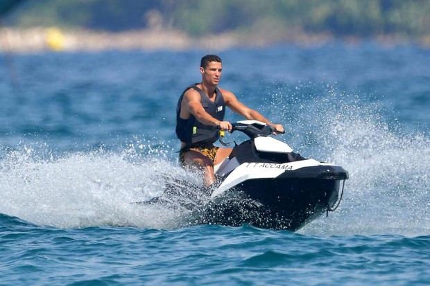 Nhà Ronaldo đi nghỉ mát, cánh paparazzi mải miết săn ảnh nóng của Georgina - Ảnh 7.