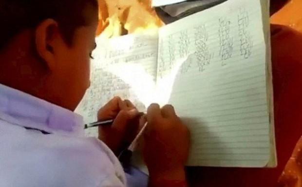 Kỳ lạ ngôi trường có tới 300 học sinh viết được cùng 1 lúc 2 tay tại Ấn Độ - Ảnh 2.