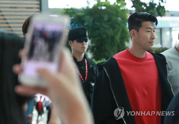 Không cờ quạt băng-rôn, không fan nữ hò hét, Son Heung-min cùng người cha lặng lẽ rời Hàn Quốc - Ảnh 1.