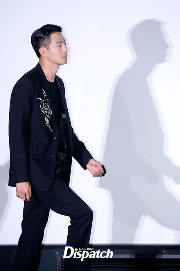 Đi họp báo phim, tài tử Jo In Sung gây sốt với... cái bóng hiện trên tường của mình - Ảnh 1.