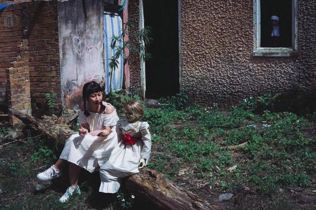 Bộ ảnh: Trên con xe tay ga, cô gái đưa Valak và Annabelle đi trốn nơi xa - Ảnh 4.