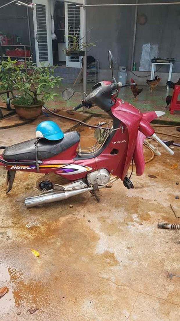 Tên trộm khó hiểu: Đột nhập vào nhà kiên nhẫn ngồi tháo hai bánh xe máy rồi mang đi - Ảnh 2.