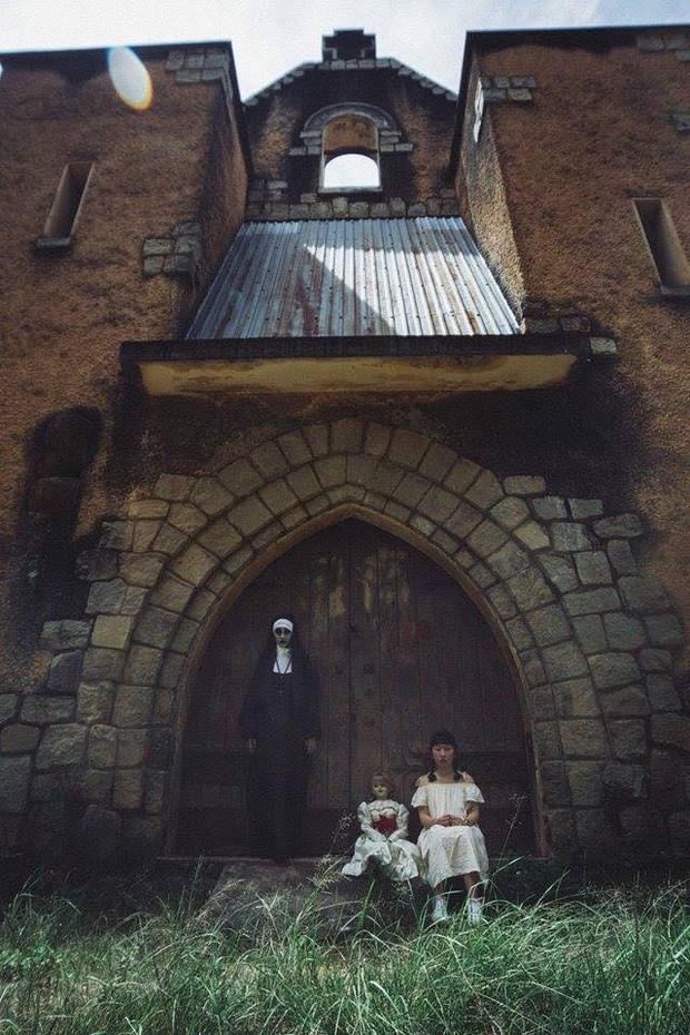 Bộ ảnh: Trên con xe tay ga, cô gái đưa Valak và Annabelle đi trốn nơi xa - Ảnh 10.