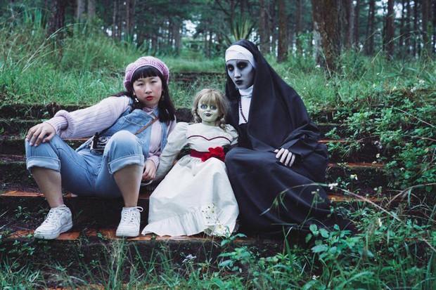 Bộ ảnh: Trên con xe tay ga, cô gái đưa Valak và Annabelle đi trốn nơi xa - Ảnh 1.