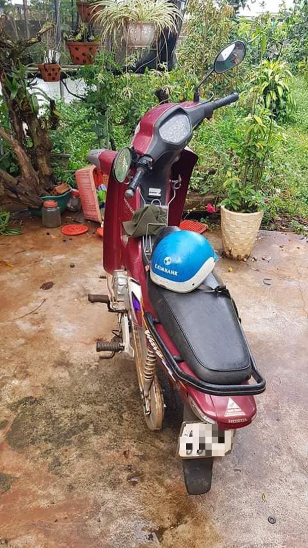 Tên trộm khó hiểu: Đột nhập vào nhà kiên nhẫn ngồi tháo hai bánh xe máy rồi mang đi - Ảnh 3.