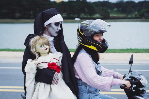 Bộ ảnh: Trên con xe tay ga, cô gái đưa Valak và Annabelle đi trốn nơi xa - Ảnh 2.