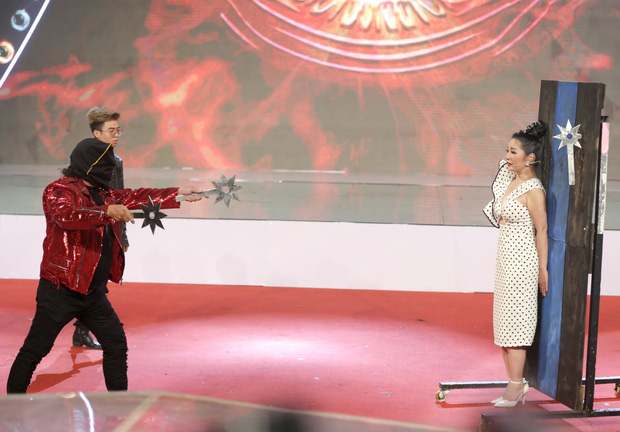 Danh hài Thúy Nga bò rạp trên sân khấu vì bất đắc dĩ làm... bia phóng dao - Ảnh 3.