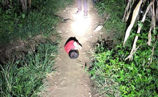 Hình ảnh bé trai nằm ngủ co ro dưới đường đất khi bố mất, mẹ đi lấy chồng khiến nhiều người xót xa - Ảnh 2.