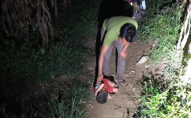 Hình ảnh bé trai nằm ngủ co ro dưới đường đất khi bố mất, mẹ đi lấy chồng khiến nhiều người xót xa - Ảnh 3.