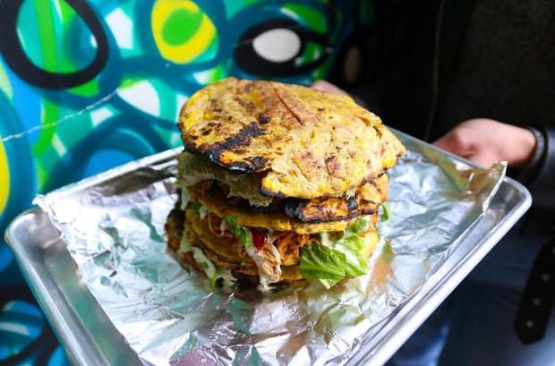 Đố bạn nhận ra sự khác lạ của chiếc bánh hamburger mới toanh tại Mỹ này - Ảnh 2.