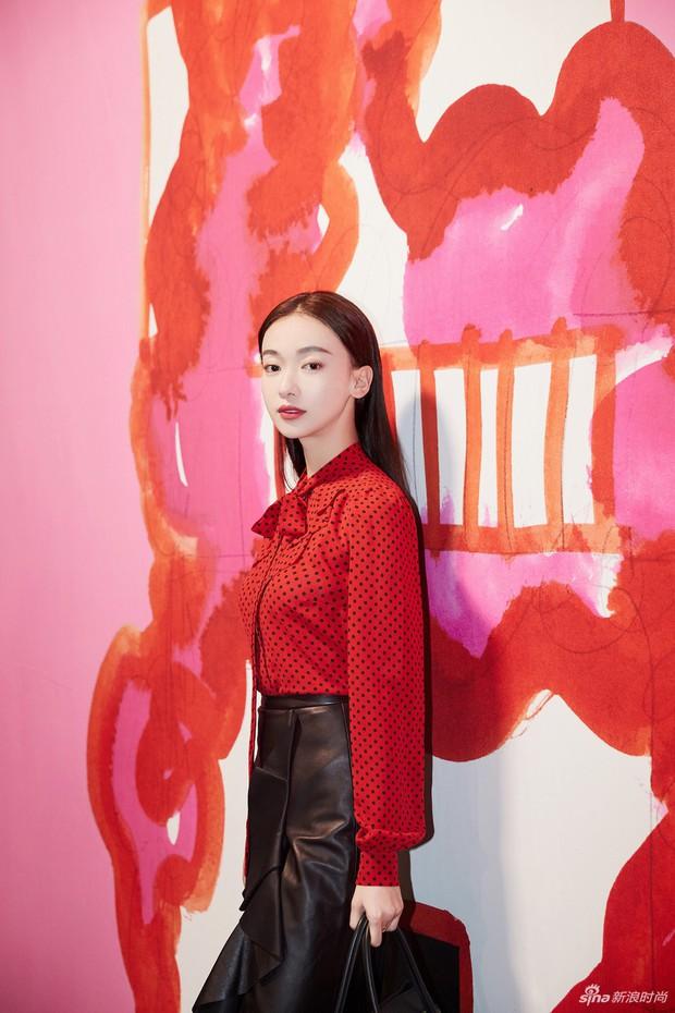 """Ngô Cẩn Ngôn tại New York Fashion Week: Là thiếu khí chất đến mờ nhạt hay """"thiên nga đen"""" sang chảnh? - Ảnh 2."""