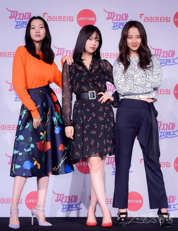 Diện đầm xuyên thấu sexy, mỹ nhân Red Velvet vẫn bị Song Ji Hyo hơn 15 tuổi chiếm hết spotlight tại sự kiện - Ảnh 1.